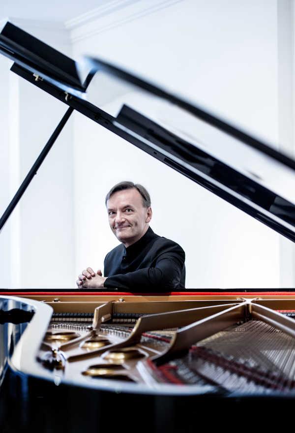 Toda la Música | El pianista Stephen Hough nos regala su fantasía vasca en el siguiente programa de abono de la Orquesta Sinfónica de Euskadi
