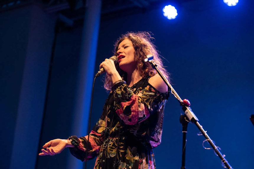 Toda la Música | La Orquesta de Extremadura continúa «Grabando con artistas» y presenta un videoclip con Mili Vizcaíno